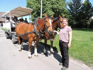 Corinne Schuhgovich mit dem Pferdewagen